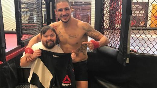 Emotivo choque entre un peleador de UFC y otro con síndrome de Down