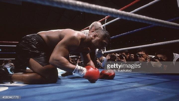 Mike Tyson yace sobre la lona y el referee Octavio Meyrán le aplica el conteo de protección (Imagen: Sport Ilustrated)
