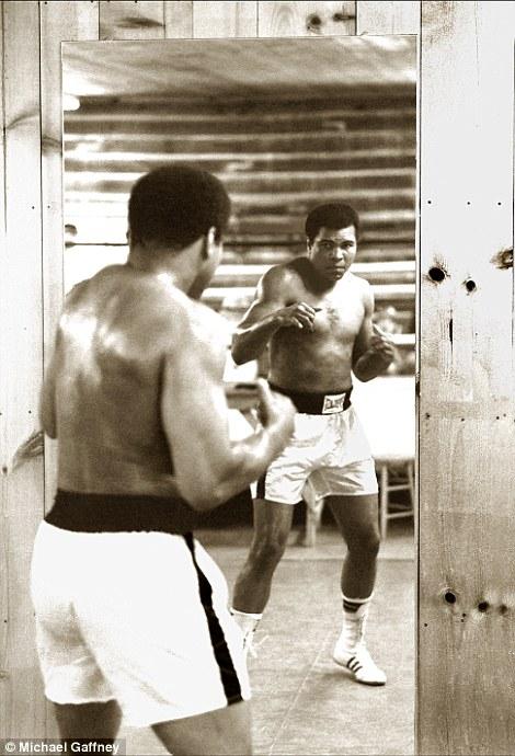 """Haciendo sombra frente al espejo en """"Deer Lake Boxing Camp"""". Ali sentía que todo el asunto de la celebridad y la fama lo había alcanzado través del boxeo, por lo que se retaba a sí mismo a mantenerse a su más alto nivel siempre."""