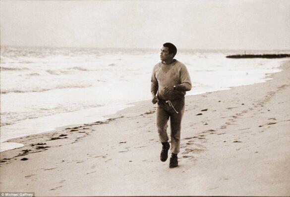 Después de haber pasado la mañana en el gimnasio de Angelo Dundee en Miami, le pedí que fuéramos a correr a la playa, aceptó y añadió que sería buen entrenamiento para fortalecer las piernas, correr en la arena con las botas de combate.