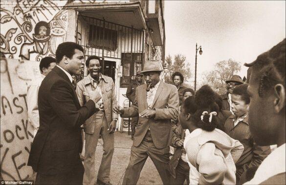 Muhammad con sus fans en Michigan, Detroit en 1977. Muhammad era muy espontáneo y nunca dejaba pasar la oportunidad de divertirse ahí donde iba.