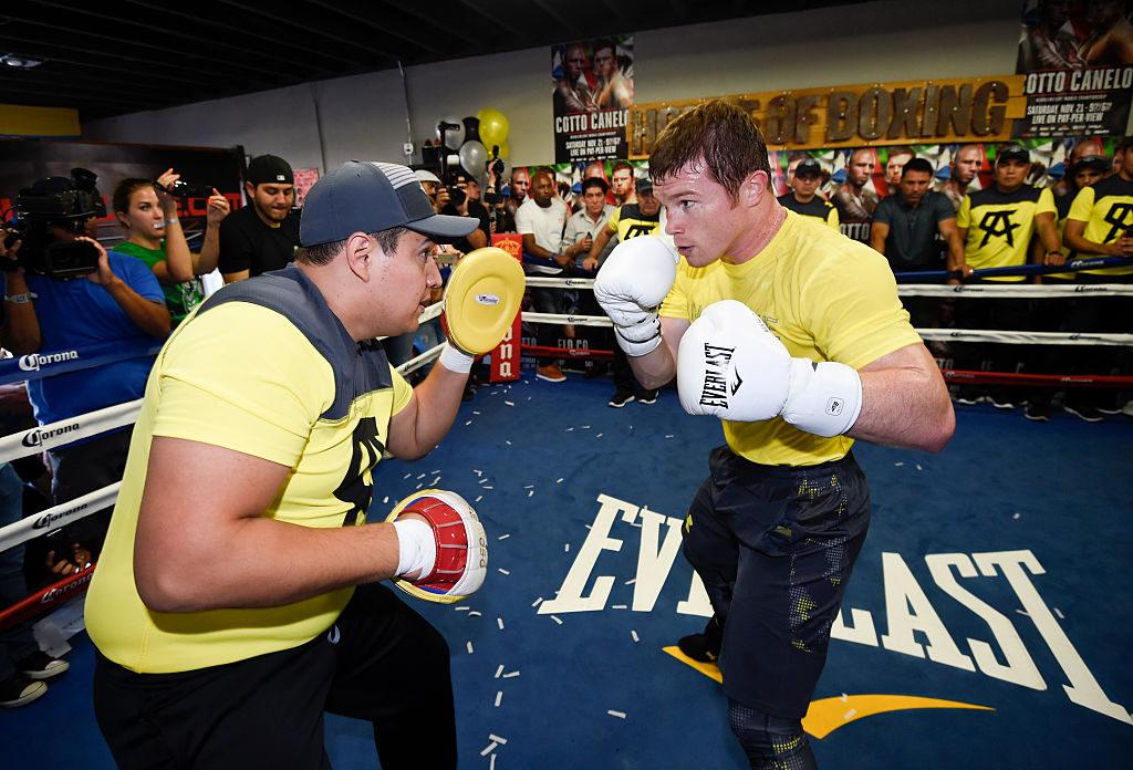 Eddy Reynoso en entrenamiento con Canelo Álvarez