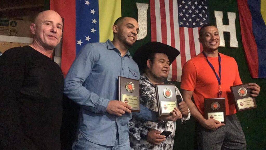 José Cruz 2do de izquierda a derecha, y Héctor 'Pepito' Romero camisa naranja recibiendo sus galardones de la ronda regular. (Foto cortesía @baloncestovenezolanomiami)