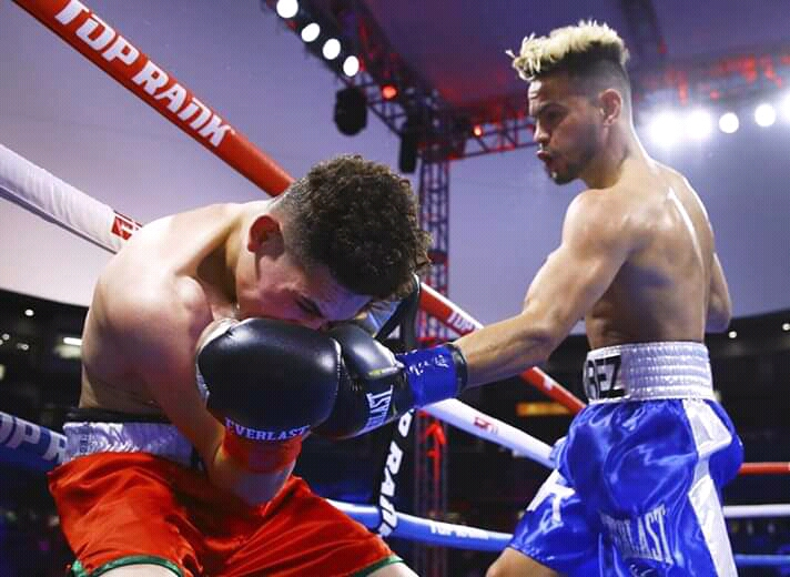 Robeisy Ramírez in blue trunks (Mikey Williams Top Rank)