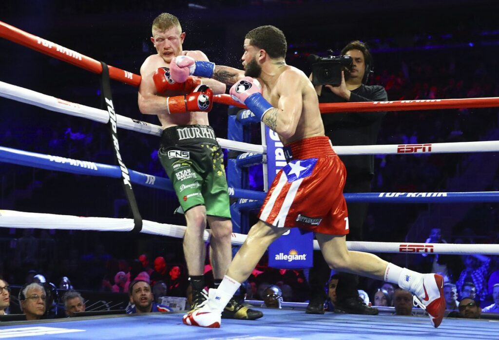 Noel Murphy siendo golpeado por el boricua Josue Vargas (Mikey Williams Top Rank)
