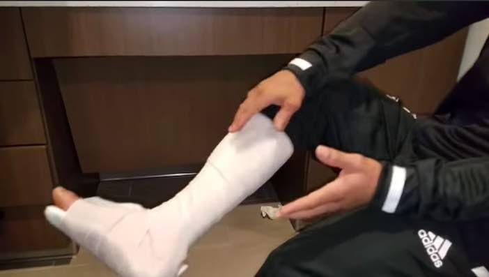 Yuriorkis Gamboa con parte de la pierna enyesada (Foto Cortesía)