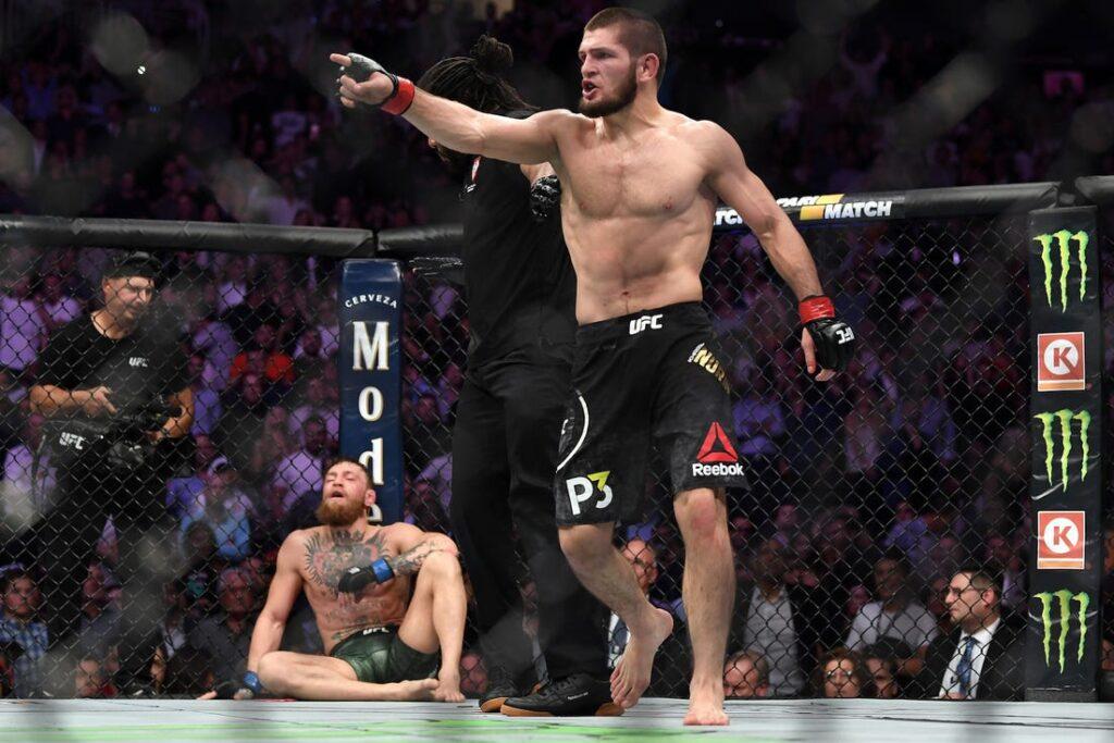 Khabib Nurmagomedov celebrando luego de derrotar a Conor McGregor (UFC)