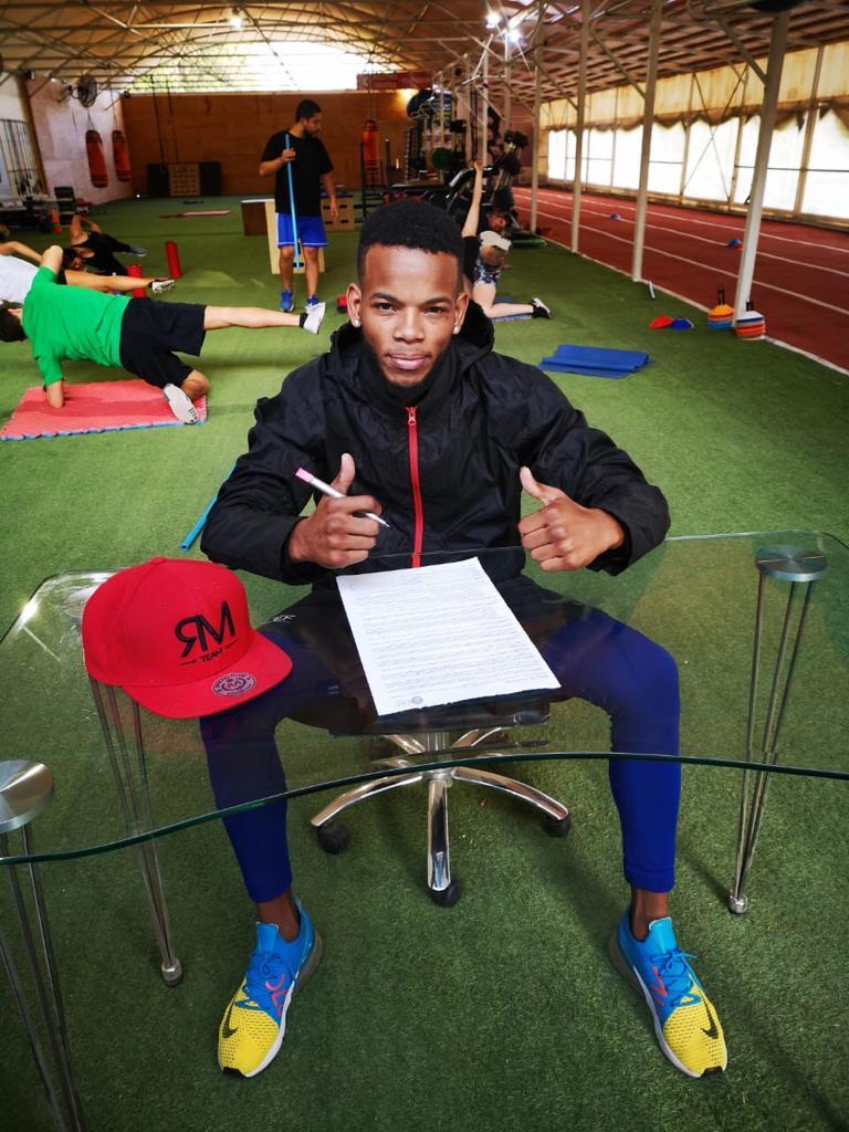 Raynel Mederos firmando contrato con Dragon Fire Boxing (Foto Cortesía Reynel Mederos)