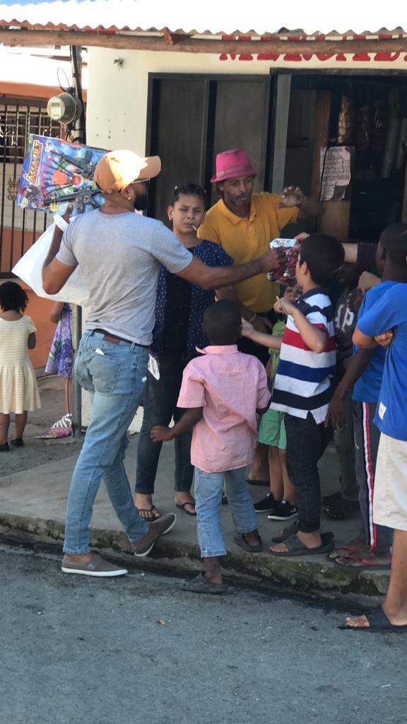 Henry Delgado haciendo entrega de juguetes para los más niños (Photo By Shuan Boxing Promotions)