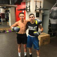 Agustín Gauto sin camisa junto a Andrés Campos (Foto Cortesía Dragon Fire Boxing Latino)