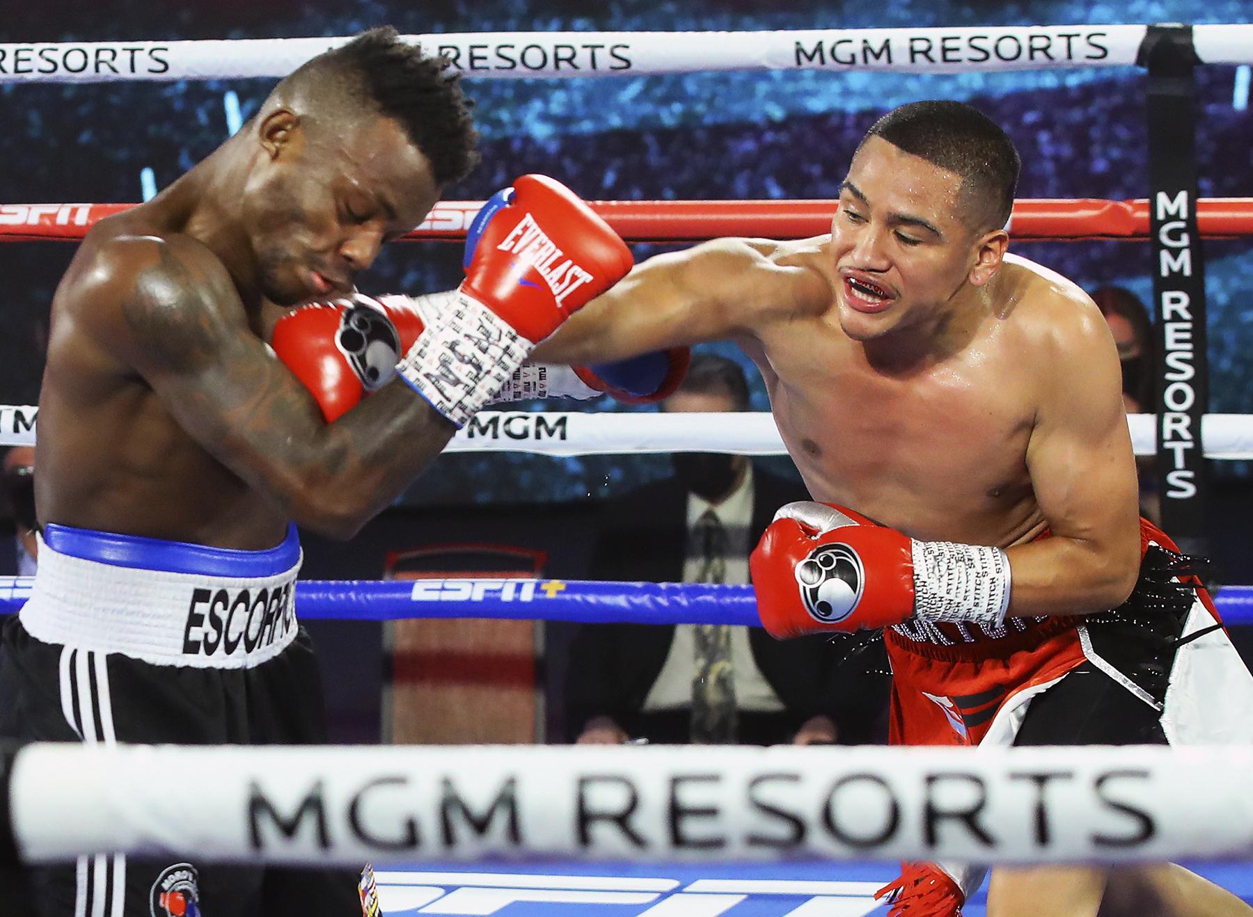 Josec Ruíz vs Gabriel Flores Jr. (Foto: Mikey Williams / Top Rank)